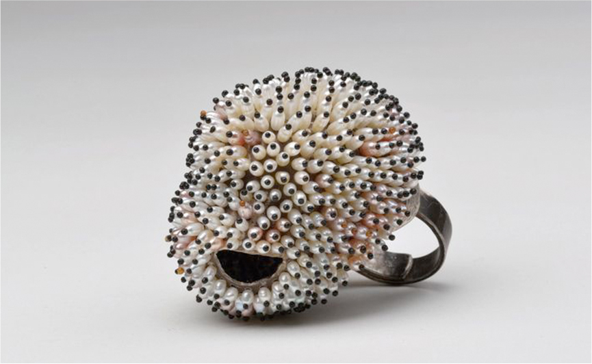 Sam Tho Duong, RINGfrei, 935 silver, freshwater pearl. Photo Klaus Ditté.